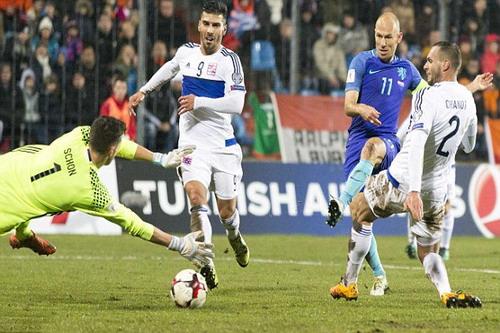 Robben (11) mở tỉ số cho đội khách Hà Lan
