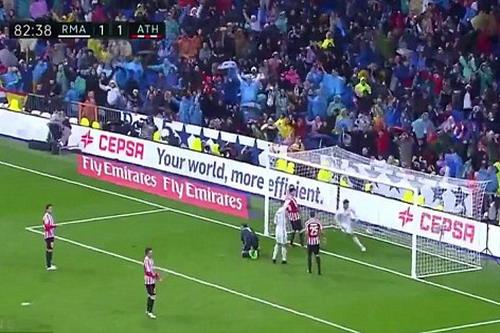 Morata ghi bàn, Ronaldo giơ tay... phản ứng với trợ lý trọng tài