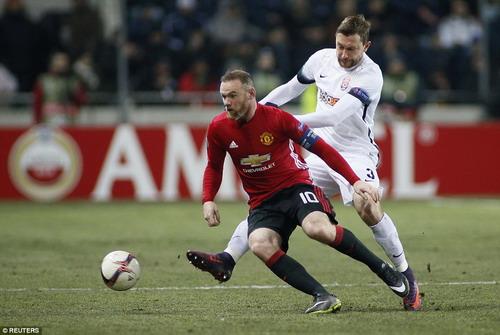 Wayne Rooney đi bóng trước các hậu vệ Zorya