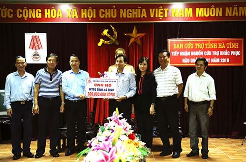 Trao bảng ủng hộ cho Ủy ban MTTQ tỉnh Hà Tĩnh