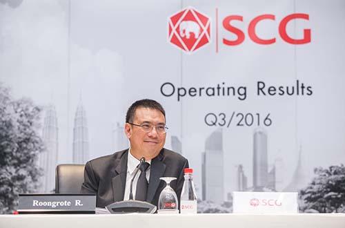 Ông Roongrote Rangsiyopash, Chủ tịch kiêm Tổng giám đốc điều hành SCG, công bố kết quả hoạt động kinh doanh quý 3-2016