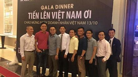 """Đại diện Công ty B.R.O.S giới thiệu công nghệ hình ảnh xoay 360 độ tại buổi công bố cuộc thi """"Tiến lên Việt Nam ơi""""."""