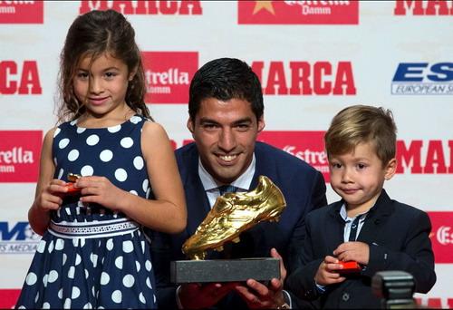 Luis Suarez và các con tại lễ trao giải