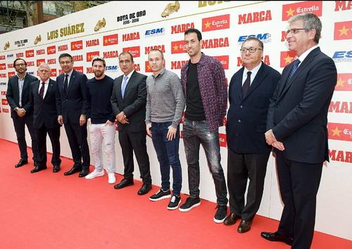 Lãnh đạo CLB và đồng đội tham dự buổi lễ với Suarez