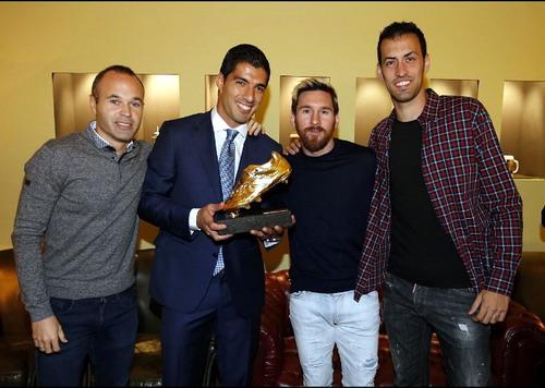 Iniesta, Messi và Busquet chia vui cùng đồng đội