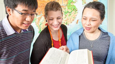 Các học viên học ở các trường ĐH tại Phần Lan vui vẻ trao đổi học tập