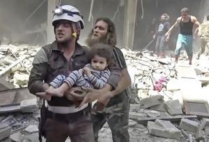 Hiện trường một vụ không kích ở TP Aleppo – Syria hồi tháng 4-2016Ảnh: AP
