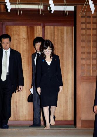 Bà Tomomi Inada viếng thăm đền Yasukuni sáng 29-12. Ảnh: Reuters