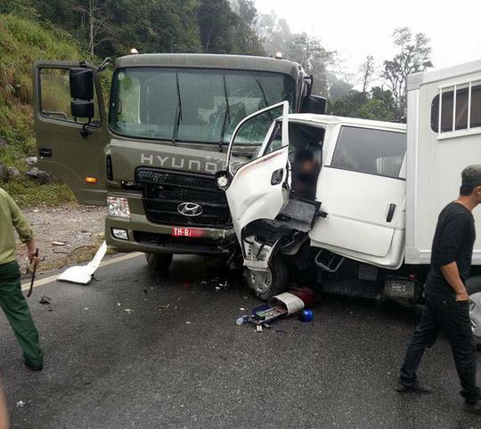 Chiếc xe chở phạm bị hư hỏng nặng phần đầu - Ảnh: Otofun