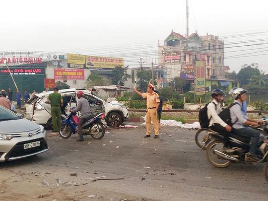 Chiếc ô tô Honda CRV bị tông văng ra khiến 5 người chết, 2 người bị thương-Ảnh: Otofun