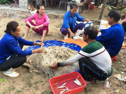 Ngư dân bị ảnh hưởng nặng nề bởi vụ cá chết hàng loạt ở biển miền Trung do Formosa gây ra - Ảnh: Hoàng Phúc