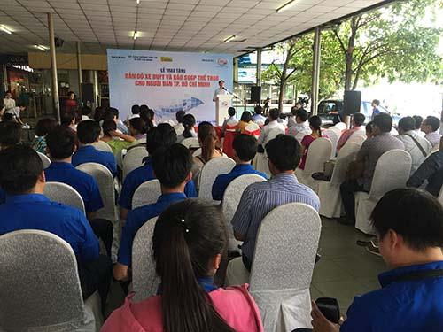 Tặng bản đồ xe buýt cho người dân TP HCM