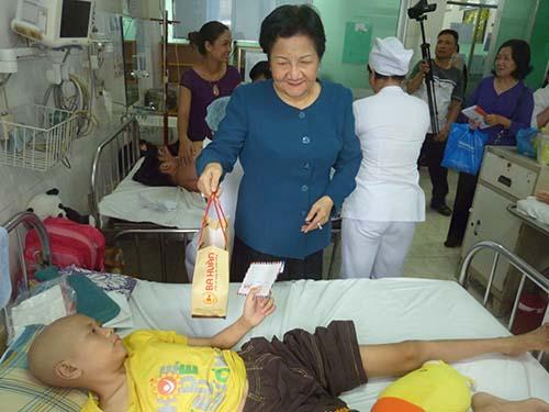 Bà Ba Huân tặng quà cho bệnh nhân có hoàn cảnh khó khăn