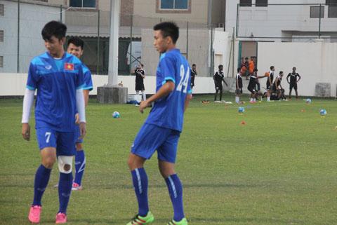 Các cầu thủ buộc phải tập luyện nửa sân, còn nửa sân do CLB Al Hidd tập
