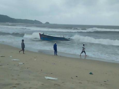 Tàu cá BĐ 44106 bị nổ bình gas đã được kéo vào bờ nhưng ngư dân Sượt vẫn đang mất tích