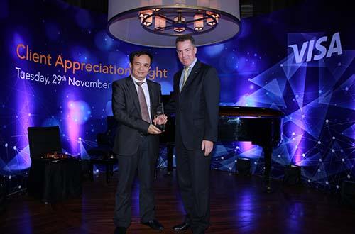 Ông Đặng Công Hoàn, Giám đốc Phát triển Sản phẩm kiêm Giám đốc Kinh doanh Thẻ - Ngân hàng Techcombank (bên trái) nhận giải thưởng từ Tổ chức thẻ quốc tế Visa.