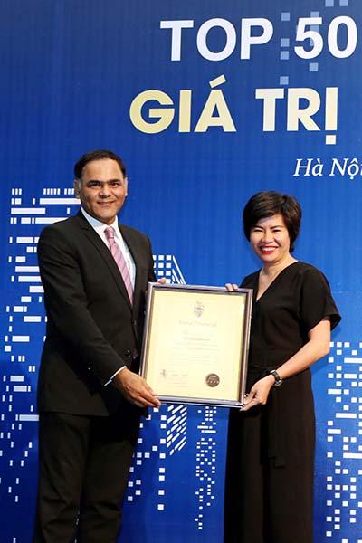 Bà Nguyễn Thị Thu Thủy, Giám đốc Thương hiệu, đại diện Techcombank nhận giải thưởng Top 50