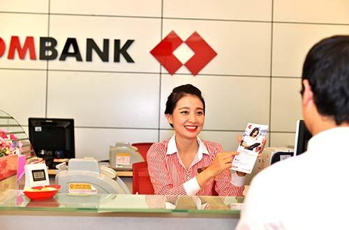 Cán bộ - nhân viên ngân hàng luôn coi khách hàng là người thân để tận tâm hỗ trợ