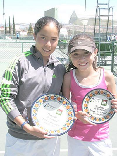 Fernanda (phải) tại một giải đấu trẻ ITF hồi tháng 8