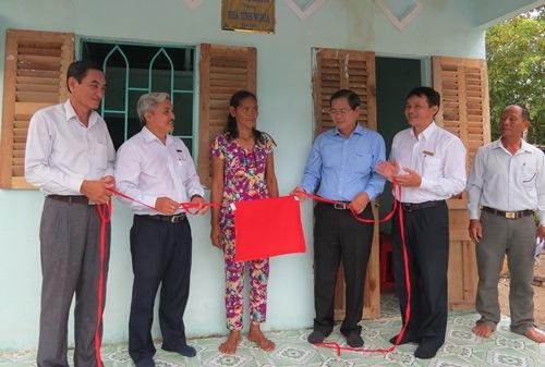 Đại diện Tổng Công ty Điện lực miền Nam và chính quyền địa phương trao nhà tình nghĩa cho bà Thạch Thị Sanh