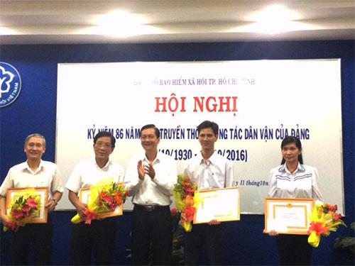 Lãnh đạo Đảng ủy Khối Dân - Chính - Đảng trao bằng khen cho các tập thể, cá nhân dân vận khéo thuộc cơ quan BHXH TP HCM