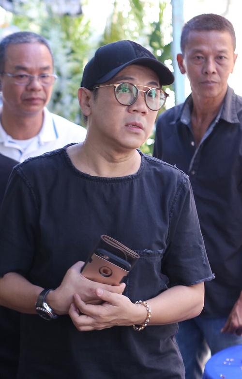 Nghệ sĩ Thành Lộc ngắm nhìn di ảnh Minh Thuận trong niềm xúc động, tiếc thương