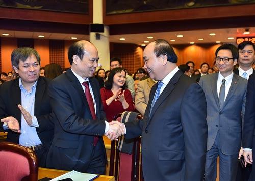 Thủ tướng trao đổi với các lãnh đạo Viện Hàn lâm Khoa học xã hội Việt Nam tại hội nghị Ảnh: Quảng Hiếu