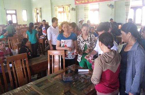 Người dân xã Tịnh Trà nhận lại tiền sau khi biết mình bị lừa đảo