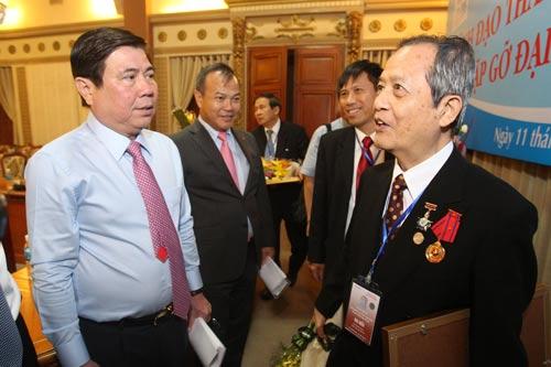 Chủ tịch UBND TP HCM Nguyễn Thành Phong (trái) trao đổi với các kiều bào tại buổi gặp gỡ chiều 11-11 Ảnh: Hoàng Triều