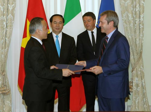 Chủ tịch nước Trần Đại Quang và Thủ tướng Matteo Renzi (thứ hai từ phải qua) chứng kiến lễ trao các văn bản hợp tác. Ảnh: TTXVN