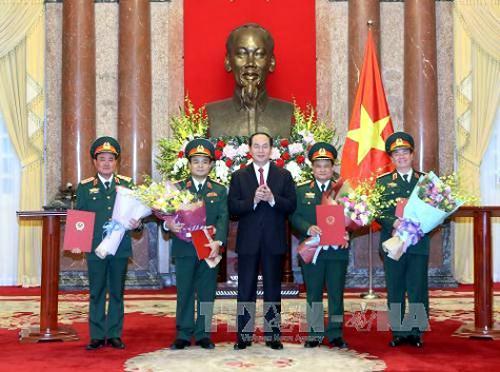 Chủ tịch nước Trần Đại Quang trao Quyết định và chúc mừng 4 thượng tướng mới của Quân đội nhân dân Việt Nam - Ảnh: TTXVN
