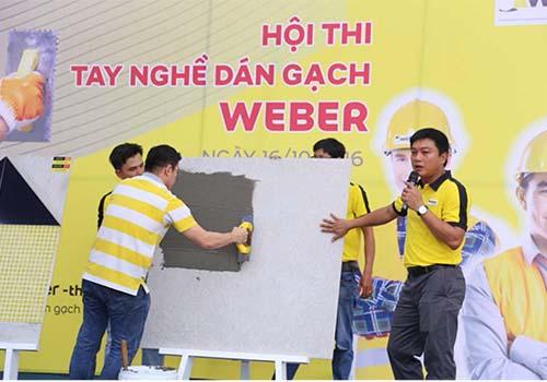 Các nhà thầu, thợ ốp lát gạch được chuyên viên chuyên nghiệp của Weber hướng dẫn