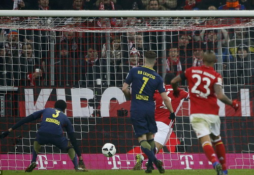 Thiago Alcantara (6) mở tỉ số cho đội chủ nhà Bayern