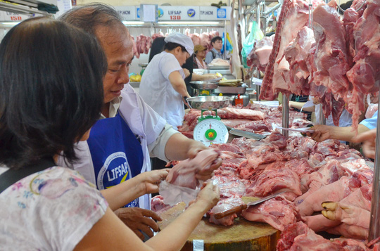 Giá thịt heo bình ổn tại TP HCM đồng loạt giảm giá từ 1-11. Ảnh TL