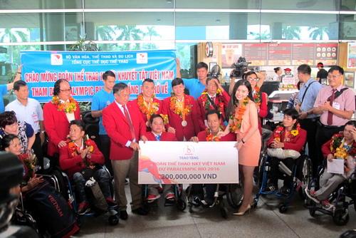 Trưởng đoàn Phạm Văn Tuấn nhận tiền thưởng từ Quỹ Parasports