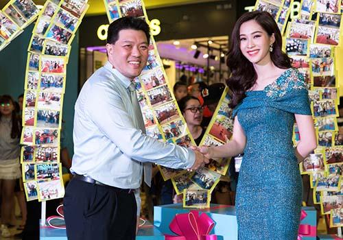 Hoa hậu Đặng Thu Thảo thay mặt Operation Smile nhận chứng nhận tài trợ của SC VivoCity dành cho Operation Smile