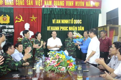 Thứ trưởng Lê Quý Vương (áo trắng đứng giữa) cùng lãnh đạo TP Hải Phòng chúc mừng Ban chuyên án sau khi bắt được nghi phạm vụ thảm án