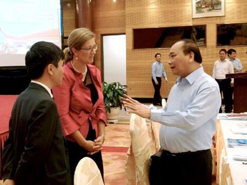 Thủ tướng Nguyễn Xuân Phúc trao đổi với đại biểu quốc tế dự hội nghị