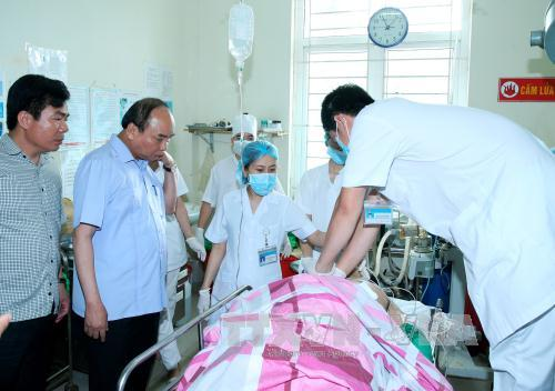 Thủ tướng Nguyễn Xuân Phúc vào viện thăm các nạn nhân bị bắn