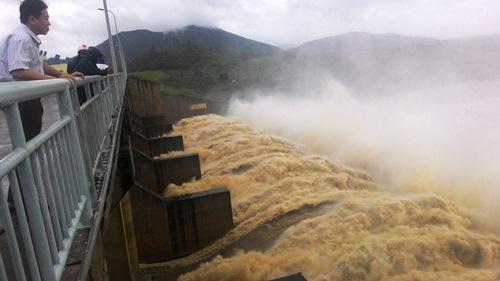 Thủy điện sông Ba hạ xả lũ góp phần gây ngập hạ lưu - Ảnh: Hồng Ánh