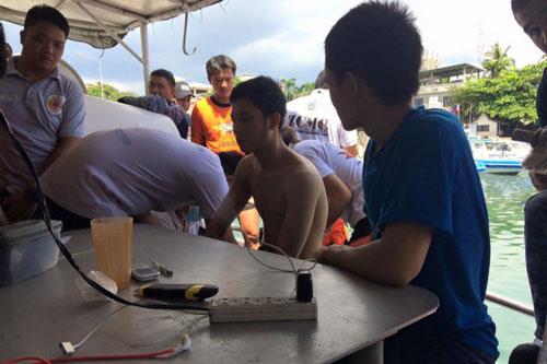 Một thuyền viên tự xưng tên Dham Yam Trong, thợ điện của tàu MV Royal 16, đang được chăm sóc ở Zamboanga Ảnh: ABS-CBN NEWS