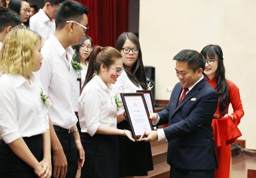 Lãnh đạo Trường ĐH Kinh tế Tài chính TP HCM trao học bổng cho tân sinh viên Ảnh: BẢO LÂM