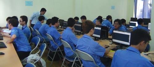 Một lớp tin học dành cho công nhân được tổ chức tại Trường Trung cấp nghề Kỹ thuật nghiệp vụ Tôn Đức Thắng
