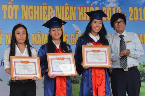 Trao thưởng cho các sinh viên đạt điểm cao vào trường
