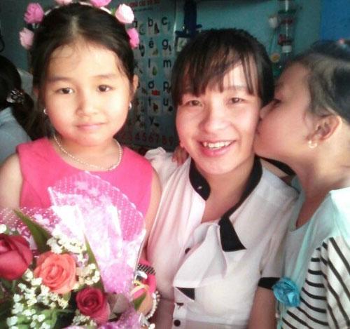 Cô Trần Thị Huyền vui mừng được trở lại trường học