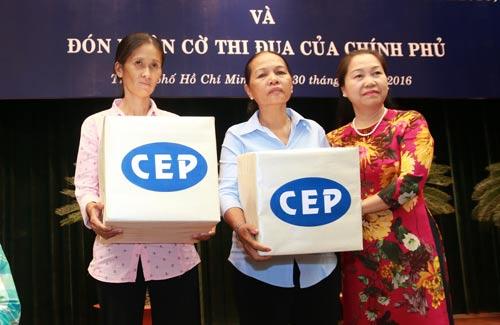 Bà Nguyễn Thị Thu Hồng (bìa phải), Phó Chủ tịch Tổng LĐLĐ Việt Nam, tặng quà cho thành viên CEP tiêu biểu vượt khó