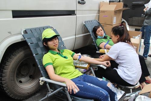 Công nhân Công ty CP Kềm Nghĩa tham gia hiến máu