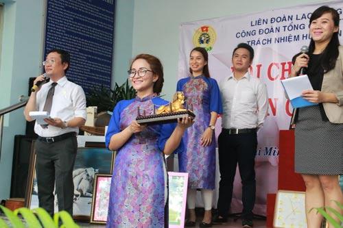 """Bán đấu giá vật phẩm gây quỹ ủng hộ công nhân khó khăn tại phiên chợ """"Nghĩa tình công nhân cấp nước"""" ở TP HCM"""
