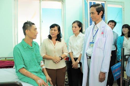 Bà Trần Kim Yến, Chủ tịch LĐLĐ TP, thăm hỏi anh Phương tại bệnh viện