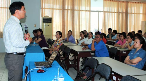 Báo cáo viên phổ biến kiến thức về HIV/AIDS cho đoàn viên, hội viên